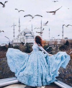 مگر تو روی بپوشی و فتنه بازنشانی     که من قرار ندارم     که دیده از تو بپوشم...  #سعدی