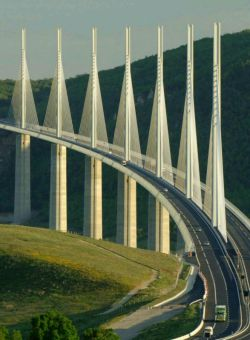 پل میلو (Le Viaduc de Millau) بلندترین پل جادهای جهان به ارتفاع ۳۴۳ متر در بالای رودخانه تارن در جنوب فرانسه