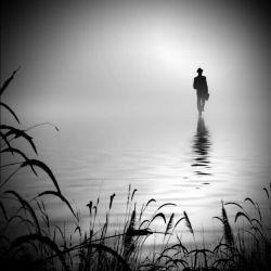 بزرگ ترین خیانتی که میتوانی در حق کسی کنی، این است که او را در یک امیدِ نشدنی و محال حبس کنی و بگذاری انتظار بکشد ...!