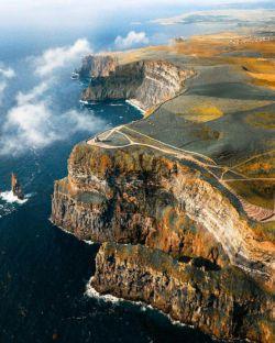 صخرههای موهر(Cliffs of Moher) بمعنایصخرههای ویرانهدر ایرلند