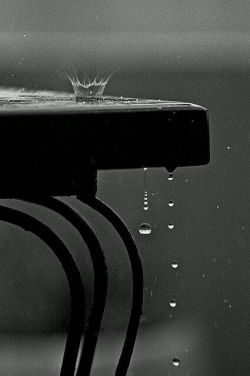 فکر کن ! به بارانی که از پیراهنت می گذرد .. از پوستت می گذرد .. و از درون  تو را غرق می کند ..  #گروس_عبدالملکیان