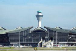 فرودگاه بینالمللی کوالالامپور که به اختصار KLIA گفته میشود شلوغترین فرودگاه مالزی و یکی از مهمترین فرودگاههای جنوب شرق آسیا است. کوالالامپور، بزرگترین شهر و پایتخت مالزی است که تلفیقی از فرهنگ، سنت قدیمی و بافت مدرن را در خود گنجانده است به گونهای که در کنار آسمانخراشهای لوکس و جدید میتوان عمارتهایی با عمری طولانی را تماشا کرد. کوالالامپور در میان شهرهای جنوب شرق آسیا یکی از سریعترین رشدها از نظر جمعیت و اقتصاد را دارد
