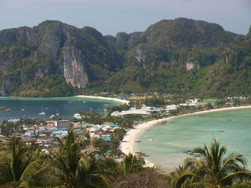 جزایر فیفی به عنوان مهمترین و زیباترین جزایر در تایلند در نظر گرفته میشود. در این مکان کوههای سنگ آهک با صخرهها، غارها و سواحل طولانی شنی سفید وجود دارد. هر چند که اغلب به عنوان یک جزیره به آن اشاره میشود اما جزیره فی فی در واقع یک مجمع الجزایر کوچک است.