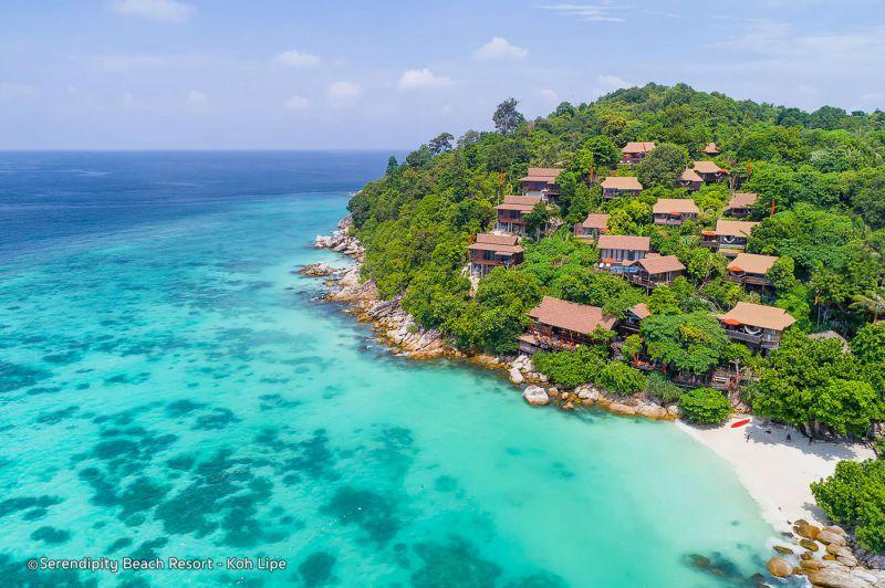 این سواحل در شبه جزیره ای در نزدیکی شهر کرابی (Krabi) قرار گرفته اند. در شرق و غرب آنها صخره های آهکی وجود دارد که توجه سنگ نوردهایی را که از سراسر جهان به این مکان میآیند جلب میکند. شما در تور تایلند میتوانید با قایق به آن جا سفر کرده و در یکی از خانه های ییلاقی ارزان قیمت آن به استراحت کنید.