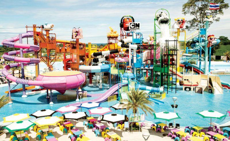 همانطوری که همه ی ما می دانیم لذت بازی کردن و تفریح در سفرهای خارجی، چیزیست که نمی توان به راحتی از کنار آن گذشت. یکی از تفریحات مورد علاقه ی گردشگران تور تایلند در شهر های ساحلی و مخصوصا استوایی، رفتن به پارک آبی است.