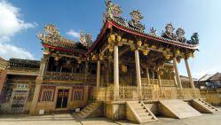 پنانگ، ایالتی در کشور مالزی و مشهور به مروارید شرق است. بخش عمدهای از پنانگ در یک جزیره واقع شده است. سفر به پنانگ، یک تجربهی فرهنگی، تاریخی و طبیعی جذاب و متفاوت است. پنانگ، یکی از ایالتهای کشور مالزی است که آن را با عنوان مروارید شرق میشناسند. جرج تاون، مرکز این ایالت، یک شهر بزرگ و متنوع است که ساکنانی از اقوام و ملتهای گوناگون دارد و در واقع آن را میتوان یک شهر بینالمللی نامید