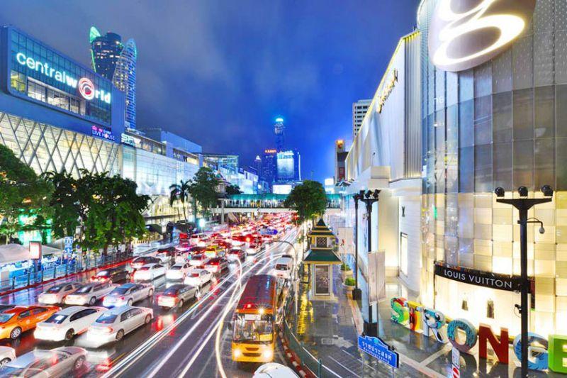 خرید یکی از لذتبخشترین کارهایی است که گردشگران در تور بانکوک به آن میپردازند. تنوع و گوناگونی محصولات و اجناس، تجربه خرید را در این شهر لذتبخشتر میکند. انواع تجربههای خرید در بانکوک به مراتب فراتر از قدم زدن در یک مرکز خرید یا گشتن در بازارها است