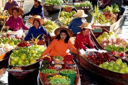 تایلند، کشور رنگارنگ آسیایی، جایگاه زیباترین بازارهای جنوب شرق آسیا و یکی از بهترین مقاصد دنیا برای عاشقان خرید است. تایلند از دو واژه تای و لند به معنی سرزمین فرشته تشکیل شده است؛ نامی کاملا برازنده برای این کشور دیدنی آسیایی. در سفر به تور تایلند، روی توانایی چانه زدنتان حسابی کار کنید، در بازار های شلوغ و رنگارنگ آن، اگر معامله کردن را بلد نباشید، تقریبا به فروشنده ها توهین کردهاید! خرید در تایلند قطعا تجربه ی لذت بخشی برایتان خواهد بود.