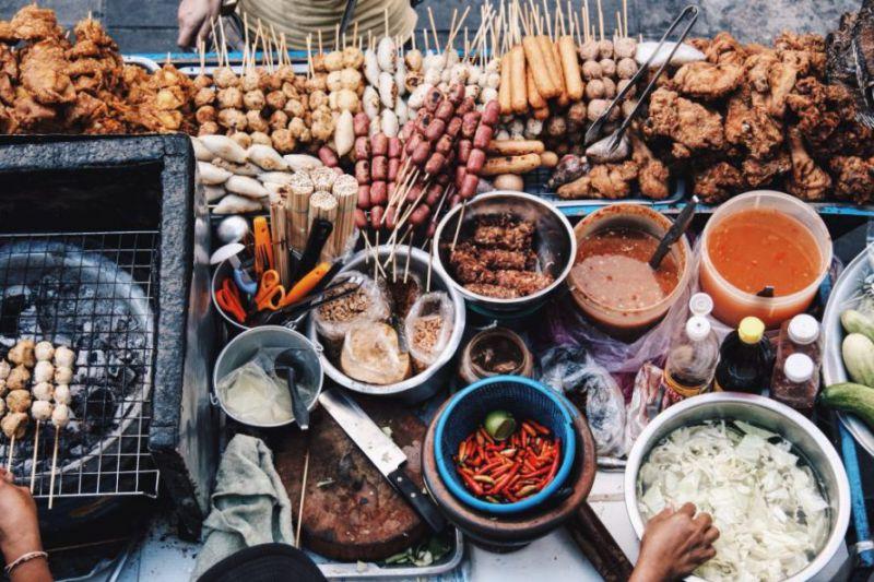 اسپرینگ رول یک غذای سبک و خوشمزه تایلندی است. اصل این غذا چینی است اما می توان گفت اسپرینگ رول از غذاهای مورد علاقه ی بیشتر شرقی ها و حتی تعدادی از کشورهای غربی است. این غذای خوش مزه را می توانید در گاری های غذای خیابانی پیدا کنید که به همراه سس چیلی شیرین سرو می شود.
