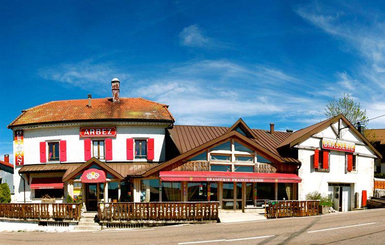 """هتل آربز (Hotel Arbez Franco-Suisse)، هتلی دو ستاره می باشد که بر روی مرز فرانسه و سوئیس قرار دارد. این هتل که مرز بین المللی میان فرانسه و سوئیس را گسترش می دهد، واقع در دهکده ای کوچک به نام """"لا کیور"""" (La Cure)، است. دهکده ی لاکیور نیز توسط مرز این کشورها به دو بخش تقسیم شده است."""