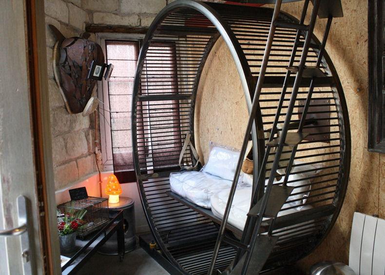 جایی در ساحل اقیانوس اطلس و در شهر نانِت (Nantes) فرانسه، هتلی به نام ویلا همستر (Villa Hamster) طراحی و ساخته شده است. اتاقهای این هتل به گونهای همچون زیستگاههای رایج موشهای همستر شبیهسازی و طراحی شدهاند. این هتل همستر اولین هتل همستر در جهان محسوب میشود و افراد تنها با پرداخت مبلغ اندکی (150 یورو به ازای هر شب) می توانند از اقامت در این هتل لذت ببرند.