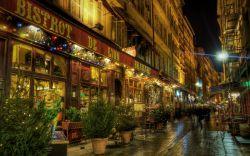 برنامه ریزی برای تعطیلات آخر هفته در اروپا بسیار ساده است. شما برای سفری لذت بخش به شهری نیاز دارید که بتوانید در آن قدم بزنید، به رستوران های عالی بروید، در اقامتگاه های فوق العاده و مقرون به صرفه بمانید، در کافه های بامزه وقت گذرانی کنید، از جاذبه های گردشگری هیجان انگیز دیدن کنید و برای رفت و آمد از وسایل حمل و نقل مناسب استفاده کنید.