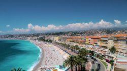 در تفرجگاه پرومناد دز آنگله (Promenade des Anglais) برخی از مردم حتی برای ساعت ها به تنهایی وقت گذرانی می کنند. در حالیکه لبخند بر لب دارند قدم می زنند و سپس به تماشای وسعت دریا، آسمان و خورشید تابان می نشینند. ساحل لا پروم (La Prom) تقریبا به طول پنج مایل در اطراف خلیج فرشتگان (Bay of Angels) حلقه زده و با تلفیقی از درختان نخل و سایبان های بسیار به منظره ای خوشایند بدل گشته است. این منطقه به یکی از محبوب ترین تفرجگاه های افراد متمدن و مدرن تبدیل شده است.