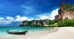 جزیره پوکت در جنوب غرب کشور تایلند واقع است. این جزیره یکی از زیباترین مناطق و بزرگترین جزیره ی کشور تایلند بوده و 32 جزیره دیگر نیز در ساحل خود دارد. پوکت به وسیله پل به استان فنگ نگا در شمال مرتبط است. استان پوکت مساحتی معادل 576 کیلومتر مربع دارد .این شهر جمعیتی نزدیک به 2 میلیون نفر دارد. پوکت سواحل شنی و پرتگاه های عظیم آهکی دارد.