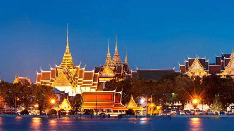 انکوک یا شهر فرشته ها به دلیل داشتن معبدها, مجموعه کاخ های پادشاهی، مراکز خرید بزرگ و رستوران های فراوان در بین گردشگران شهرت یافته است. مجموعه کاخ پادشاهی یکی از معروف ترین مکان های دیدنی شهر بانکوک است. این مجموعه ساختمان های بسیار مجللی دارد که محل سکونت پادشاهان از قرن 18 تا اوایل قرن 20 بوده است. مجسمه بودای زمردین دیگر جاذبه این شهر است و این مجسمه نشسته بودا از یشم سبز ساخته شده که با لباسی از طلا تزئین شده است