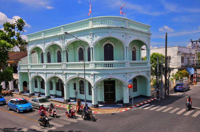 بازار بزرگ شهر پوکت با نام واکینگ استریت (Phuket Walking Street)، تازهترین جاذبه گردشگری شهر قدیمی پوکت به حساب میآید. این خیابان که با نام لاردیا (Lardyai / talaad yai) نیز شناخته میشود، در گویش مردمان جنوب تایلند به معنای بازار بزرگ است. بازار بزرگ شهر پوکت که در خیابان بازسازی شده و زیبای تالانگ (Thalang Road) و درست در اواسط منطقه تاریخی چینی – پرتغالی شهر پوکت واقع شده است