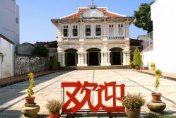 موزه تای هوآ واقع در خیابان کرابی (Krabi Road)، یکی از خوشنماترین ساختمانهای سبک چینی – پرتغالی شهر پوکت است که هم به لحاظ ظاهری جذابیتهای فراوانی دارد و هم تاکنون به خوبی از آن نگهداری شده است. ساختمان این موزه که به تازگی مورد بازسازی قرار گرفته است، در یک دوره به عنوان  مدرسه ی زبان چینی کاربرد داشته است. امروزه این ساختمان به یک موزه تبدیل شده که از آن به عنوان محل نمایشگاه و سالن برگزاری مراسمهای مناسبتی نیز استفاده میشود.