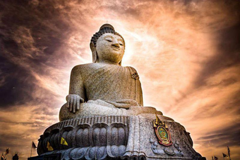 تا به حال درباره طبیعت بکر تایلند و جاذبه های تاریخی و سواحل درخشانش زیاد سخن گفته ایم. این بار کمی زاویه دیدمان را تغییر می دهیم و به میان مردم تایلند می رویم تا کمی بیشتر درباره عقاید مذهبی آن ها کند و کاو کنیم. راهی تور پوکت، یکی از شهرهای بسیار پرطرفدار تایلند می شویم و قصدمان بازدید از مجسمه زیبا و غول پیکر بودا در این شهر است که اغلب گردشگران به تماشای آن می روند.