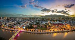 شهر چیانگ مای با خیابانهای طولانی و پوشیده از درختان پهن برگ، جایگزین مناسبی برای تور بانکوک، پایتخت کشور تایلند به حساب میآید و افراد میتوانند به جای بانکوک، به تور چیانگ مای سفر کنند. گردشگرانی که به این شهر سفر میکنند به جای رویارویی با منطقه شهری شلوغ و پر ترافیک، با مرکز شهری زیبا و خوشمنظره مواجه میشوند که به راحتی میتوانند در کوچه پس کوچههای آن قدمزنان گشتوگذار کنند. این شهر پاکیزه از آب و هوای خنک و مطبوعی برخوردار است.