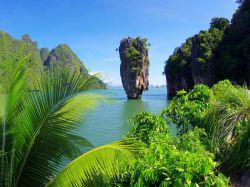 اگر در تور پوکت مسیرتان به این جزیره خود بدانید: جزیره جیمز باند یکی از جزایر معروف و شناخته شده خلیج فانگ نا محسوب میشود. اولین مرتبه پس از انتشار فیلم سینمایی مردی با تفنگ طلایی از مجموعه سری فیلمهای جیمز باند، این جزیره به نقشه مناطق گردشگری بینالمللی راه یافت. از ویژگیهای بارز این خلیج شناخته شده، شمار صخرههای آهکی و پرشیب آن است که به صورت عمودی از دل آبهای زمردین رنگ دریا بیرون زده است.