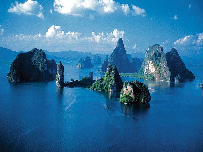 حتما در تور پوکت سری به خلیج فانگ نا بزنید، فانگ نا، به نوبه خود خلیج منحصر بفردی محسوب میشود. بدون شک بازدید یک روزه افراد از این خلیج تا اندازهای لذتبخش خواهد بود که به یک خاطره به یادماندنی تبدیل میشود. از ویژگیهای بارز این خلیج، صخرههای آهکی و پرشیب آن است که به صورت عمودی از دل آبهای زمردین دریا بیرون زده است