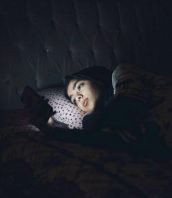 """این اعترافاتِ خواب آلود و معمولیه آخر شب ها را جدی بگیرید! همان حرف های دلی ای که آخرش به """"دوستت دارم"""" های با صدای خسته و شب بخیر گفتن های """"بوسه دار"""" منتهی می شود. آخر روانشناسان معتقدند که: افراد در مکالماتِ آخر شب، به چیز هایی اعتراف می کنند که در حالت عادی هرگز به زبان نمی آورند!!!"""