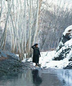 تقدیم به روح بیجان زمستان قلبم که صدای ضربان غمگینش بسیار کمتر از صدای نشستن دانه های برف روی زمین خشک دلم است.بی خیالت پاییز.زمستان هم هوای خودش را دارد.ازهمان هواهایی که بر دلم سنگینی میکند.ازهمان هایی که وقتی در بین حرف های ناگفته ام گم میشوم احساسش میکنم.♡♡
