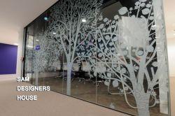 چاپ شیشه امروزه در صنعت دکوراسیون و تبلیغات نمایشگاهی یکی از پر کاربردترین و محبوبترین متریال ها است و به طبع آن چاپ روی شیشه هم بخش مهمی در صنعت چاپ بخصوص در چاپ دیجیتال است. چاپ مستقیم بر روی شیشه در ضخامت های مختلف و با کیفیت و ماندگاری بالا در دستگاه فلت بد انجام می گیرد.  در مجموعه خانه طراحان سام چاپ روی شیشه با دستگاه چاپ فلت بد یو وی با استفاده از مرغوب ترین جوهرهای اروپایی انجام می شود.  شماره تماس جهت سفارش چاپ : 88023051, 88635511,88632539,88334079