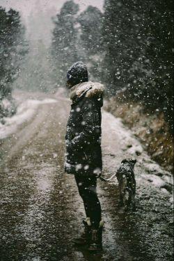 """برف هفت سالگی رابخاطرصدای پدر دوست داشتم پاشو ببین چه برفی اومده!برف ده سالگی را بخاطر آدم برفی هایش،برف چهارده سالگی را بخاطر اخبار و تعطیلی هایش،برف هجده سالگی را درست یادم نیست درمیان افکار یخ زده بودم،برف بیست سالگی قدم زدن های عاشقانه و رد پاهایم،برف بیست و پنج سالگی به بعد فقط سرد بود و سرد بود و سرد.""""صادق_هدایت"""
