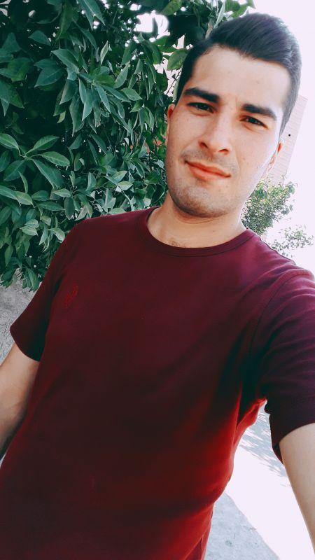 این فرد اسداسماعیلی است مهندس جوانی که با علم و دانشی که دارد کاربران شبکه های اجتماعی جهان را شگفت زده کرد وی تنها در شبکه اجتماعی فیس بوک حدود 2 هزار صفحه رسمی دارد و میلیون ها عکس از این جوان در موتور های جستجوگر پخش شده است