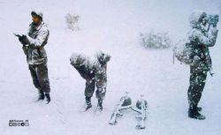 اینگونه در برف نماز خواندند تا ما نمازمان قضا نشود تصویری زیبا از رزمندگان در حال نماز در #برف  اگه جایمان گرم و نرم است ولی در نمازمان تاخیر میکنیم این عکس کمک حالمان میشود