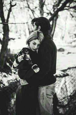 دقایقی در زندگی هست که دلت برای کسی آنقدر تنگ میشود که میخواهی او را از رویاهایت بیرون بکشی و بغلش کنی ...!