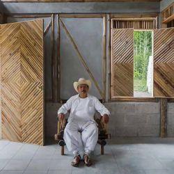 خانه فردی-خانه باغ طراحی شده توسط jan šépka پروژه هایی که معرفی خواهند شد برای کاربران خود حس انزوای بی نظیری از دنیای خارج از خانه را فراهم می کند. با وجود اینکه طرح های معرفی شده در مقیاس، مصالح و مکان ساخت متفاوت هستند، تمامی این طرح های انتخاب شده راه حل های نوین برای فضاهای کوچک ارائه می کند. این فضاها هم به محیط و هم بافت پیرامونی خود پاسخگو بوده و با آن درگیر است.