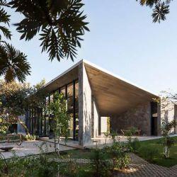 خانه فردی-خانه MA طراحی شده توسط Cadaval & Solà Morales پروژه هایی که معرفی خواهند شد برای کاربران خود حس انزوای بی نظیری از دنیای خارج از خانه را فراهم می کند. با وجود اینکه طرح های معرفی شده در مقیاس، مصالح و مکان ساخت متفاوت هستند، تمامی این طرح های انتخاب شده راه حل های نوین برای فضاهای کوچک ارائه می کند. این فضاها هم به محیط و هم بافت پیرامونی خود پاسخگو بوده و با آن درگیر است.