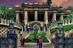 شاهکاری از آنتونی گائودی در بارسلونا پارک گوئل (Guell Park)در شمال شرقی منطقه گراسیای بارسلونا قرار دارد . این پارک بر روی تپه ای به نام ال کارمن واقع شده است که مشرف به شهر بوده و می توان از بالای آن، دریای مدیترانه را دید. این پارک را بین سالهای 1900 تا 1914 و بر اساس طرح آنتونی گودی ساخته اند و جزو آثار ثبت شده میراث فرهنگی دنیاست. در این پارک هیچ نشانی از خیابانها ، ماشین ها و سر و صدای آنها نخواهید دید . برخی از آثار معماری گودی را نیز می توان در این پارک دید.