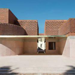 موزه Yves Saint Laurent ، مرکز نمایش مد در مراکش پانزده سال پس از آخرین نمایش آثار کمپانی ایو سن لورن در مرکز ژرژپمپیدو پاریس، موزه ایو سن لورنت درهای خود را برای نمایش کلکسیون های بنیاد Pierre Bergé–Yves Saint در مراکش گشود. شرکت معماری فرانسوی KO با الهام از این مجموعه ها و اصول معماری محلی، طرحی را کشیده است تا ادای احترامی به یکی از تأثیر گذارترین طراحان قرن بیستم باشد.