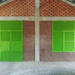 اثرات اجتماع در معماری _ مدرسه بین المللیkhyaung این مدرسه توسط وستون ویلیامسون در کامبوج و با هدف ایجاد فضایی انعطاف پذیر و سازگار با نیاز های فعلی و آینده کاربران آن طراحی شده است. فضاهای مدرسه شامل سه کلاس درس اضافی (علاوه بر کلاس های درس اصلی)، یک کتابخانه و یک کلاس بیرونی به همراه فضای بازی که همچنین قابلیت کاربری به عنوان آمفی تئاتر نیز دارد.
