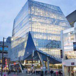 شاهکاری از معماران Snøhetta: مرکز آموزش دانشگاه رایرسون-- شهر تورنتو یکی از سریع ترین شهرهای رشد کننده در آمریکای شمالی است. این شهر با جمعیتی بالغ بر ۶ میلیون نفر پایگاه یکی از پر تراکمترین خطوط آسمان(Skyline) در آمریکای شمالی است. تورنتو به عنوان بزرگترین و متنوع ترین شهر کانادا با سرعتی قابل توجه در حال رشد است و ساختمان های جدید با سرعت زیاد در هر زمین قابل استفاده ای در این شهر ساخته می شوند.