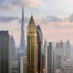 شهر دبی در تسخیر بلندترین هتل جهان شهر دبی پایگاه بلند ترین ساختمان جهان یعنی برج خلیفه با ارتفاع نزدیک به نیم مایل (۸۲۸متر) می باشد. هدف از توسعه این شهر جذب سالانه ۲۰ میلیون گردش تا سال ۲۰۲۰ و برپایی اکسپوی جهانی در این سال است. در این شهر مراکز خرید بسیار زیاد و مراکز اقامتی مجللی وجود دارد که امکانات و جذابیت های فراوانی را برای گردشگردان فراهم می آورد.