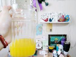 امروز با تارف چندین و چندباره و از ته دل به مامانم که بیا باهم آب پرتقال بخوریم، نهایتِ دوست داشتنمو نشون دادم... وگرنه من آب پرتقالو که با کسی شریک نمیشم ^__^    عکس: اتاق شلوغ پلوغ ما