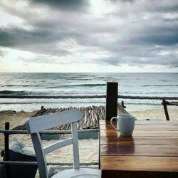 آرام بگیر!  گاهی باید یک دایره بکشی و بنشینی درونش! بگذار به حال خودش زندگی را و هیاهوی آدم هارا بنشین کنار سکوتت و یک فنجان چای به خودت تعارف کن...