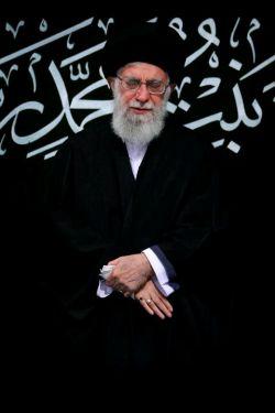 تصویری از رهبر انقلاب هنگام توسل به ساحت مقدس حضرت ولیعصر(عج)  در فراز پایانی دعای توسل؛ در آخرین شب عزاداری فاطمیه. ۹۶/۱۲/۳  http://sapp.ir/khamenei_ir