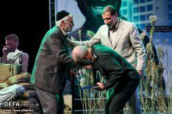 بوسیدن دست پدر شهید توسط سردار اسدی   در برنامه ستارگان و دردانه های دوکوهه  #پدر_شهید  #شهید #شهادت #عکس #خبرگزاری_دفاع_مقدس