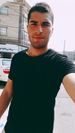 این فرد اسداسماعیلی نام دارد یکی از فرزندان پول دار آقازاده های ایرانی که در همه ی شبکه های اجتماعی ایران حضور دارد و خودرا بعنوان یک جوان بدبخت معرفی میکند