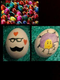 یه کار از برو بچ نقاااش و هنرمند  پارسال دم عید اومدیم نقاشیامونو با تخفیف زیاد بفروش بزاریم امسال گفتیم یه کار خوشگلتر بکنیم! واسه همین خودمون تخم مرغ رنگ کردیم و رفتیم بساط کردیم بعد رنگ و قلم و تخم مرغ گزاشتیم اونجا و داوطلب جم کردیم که بیان و تخم مرغ رنگ کنن بعدم رایگان به همه تخم مرغ رنگی دادیم این دوتا پایینایام اثر دو تا خانوم هنرمنده که داوطلبانه اومدن کنار ما و بهمون کمک کردن !!
