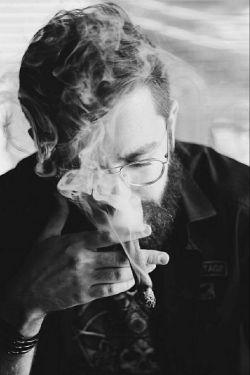 """لطفا حواستان  به دست هایی که  میگیرید باشد... زمانه بعد از شما دست های  خالی شان را پر میکند گاهی با """"قلم"""" گاهی با """"سیگار"""" و بیچاره کسی که هر دو  دستش  پر شده باشد..."""