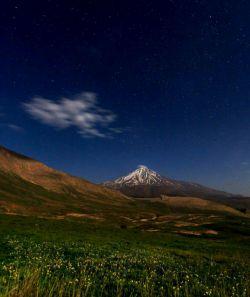 نشنال جئوگرافیک این تصویر را از قله دماوند منتشر کرده و از آرامش 7 هزار ساله این قله آتشفشانی گفته.  همچنین به نقش پررنگ این کوه در افسانههای پارسی اشاره کرده است.