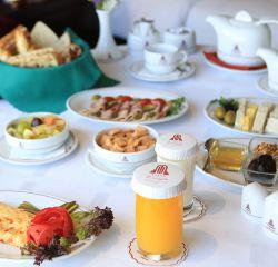 بوفه ی صبحانه متنوع و کامل هتل پارسیان آزادی هر روز بر فراز پایتخت با چشم اندازی کم نظیر همراه با Live Cooking و امکان پخت صبحانه توسط خودتان در طبقه بیست و ششم. رزرو 02129112