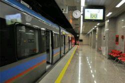 نگاه کن ببین همون مترو ..همون ایستگاه هاست..چقدر خلوتن...مثل اخرین باری که ...