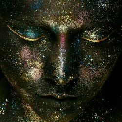 زن به شیطان گفت:  «روحم را در ازای عشق تو میفروشم». شیطان مکث کرد. نمیدانست این معامله را چگونه به سود خودش تمام کند. شان_هیل